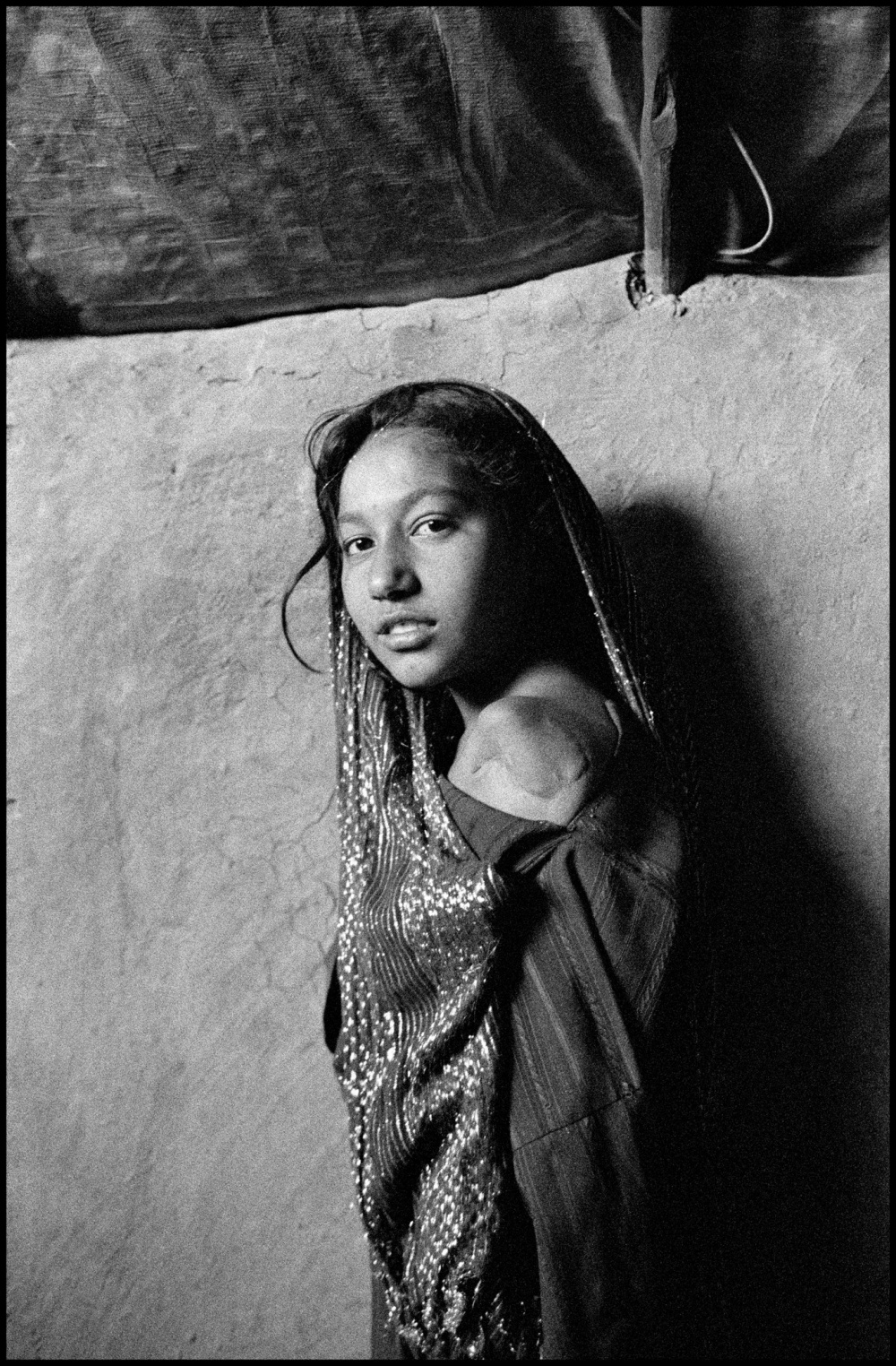 Larry Towell, Ten year old Gul Juma lost her arm as well as relatives during the bombing of Helmand Province, Charahi Qambar Refugee Camp, Kabul, Afghanistan  © Larry Towell/Magnum Photos