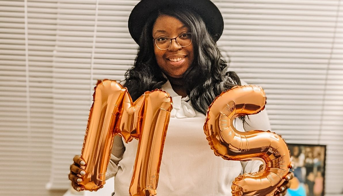 Moyna holding balloons