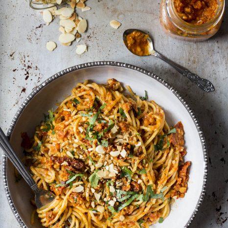 Spaghettis au pesto de tomates séchées et poivrons rôtis