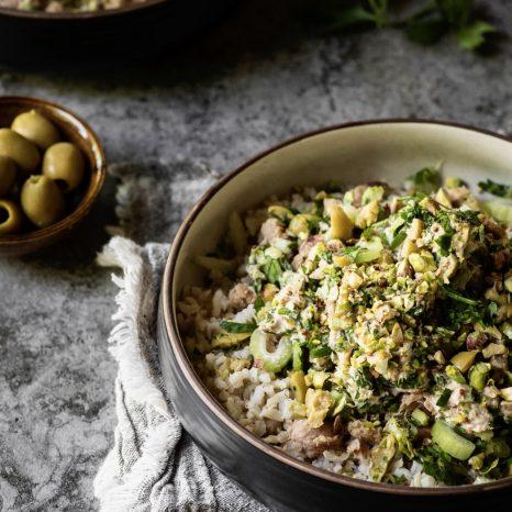 Bol de riz au thon, olives et lime