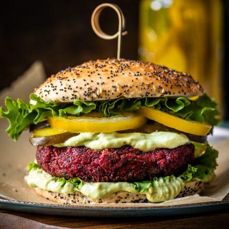Végé burger aux betteraves, mayo avocat-jalapenos