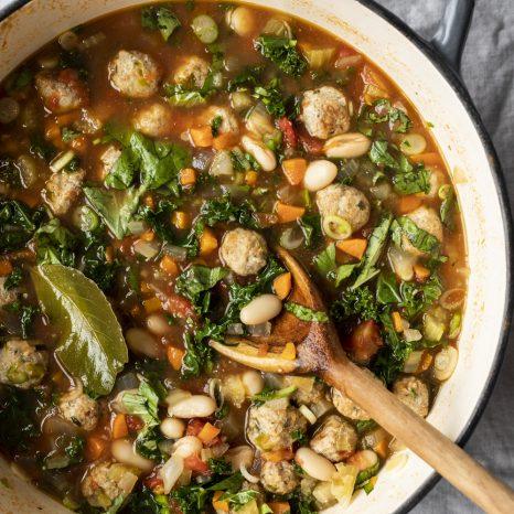Soupe aux boulettes de dinde, kale et haricots