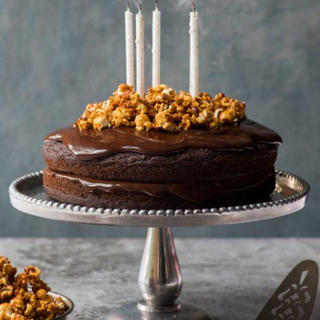 Gâteau de fête au chocolat et maïs soufflé au caramel
