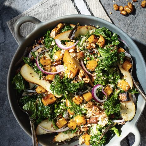 Salade de kale, courge rôtie, poires et arachides