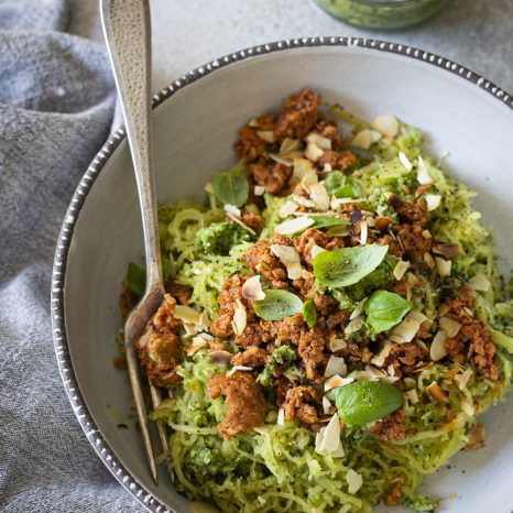 Courge spaghetti au pesto de brocoli et saucisses italiennes