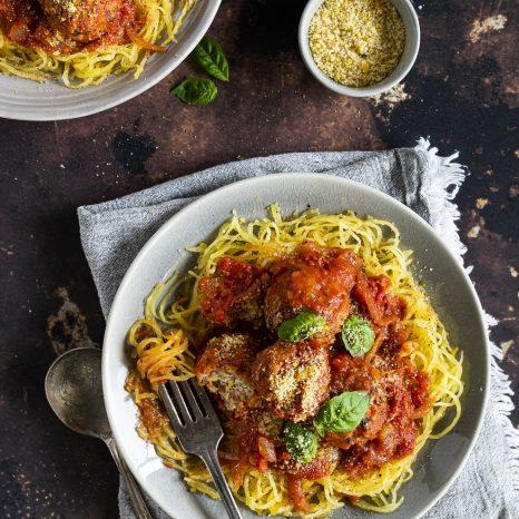 Courge spaghetti aux boulettes de poulet et tomates séchées