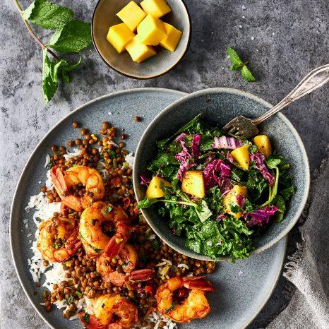 Crevettes et lentilles et salade à la mangue