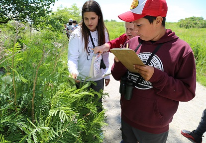 students on day field trip to Tommy Thompson Park