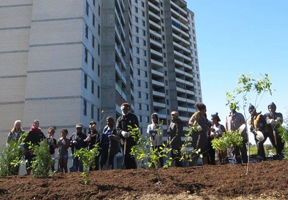 San Romanoway Towers residents take part in Black Creek SNAP community planting event